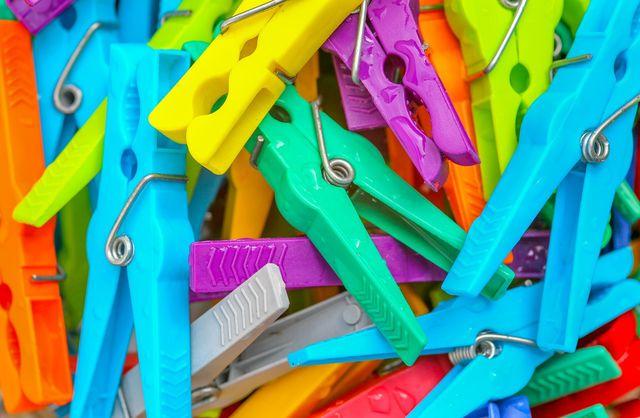Aus dem Müll entstehen neue Produkte im Recycling – zum Beispiel Wäscheklammern.