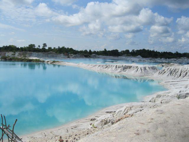 Der Kaolin-See in Indunesien entstand aus dem Kaolin-Tagebau