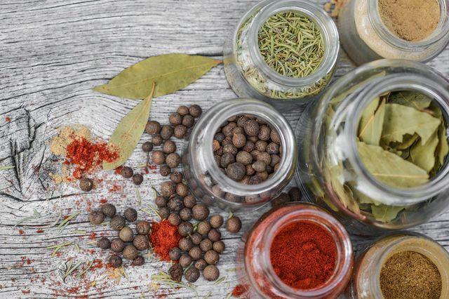 Zwiebel-Chutney gibt es in vielen Variationen – mische es mit deinen Lieblingsgewürzen.