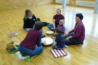 Bei der musikalischen Früherziehung können Kinder auch ein paar Musikinstrumente ausprobieren.