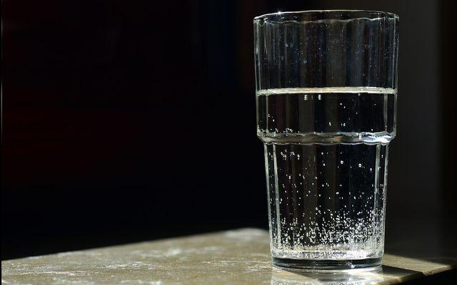 Benefits of gargling salt water for a sore throat helps gargle