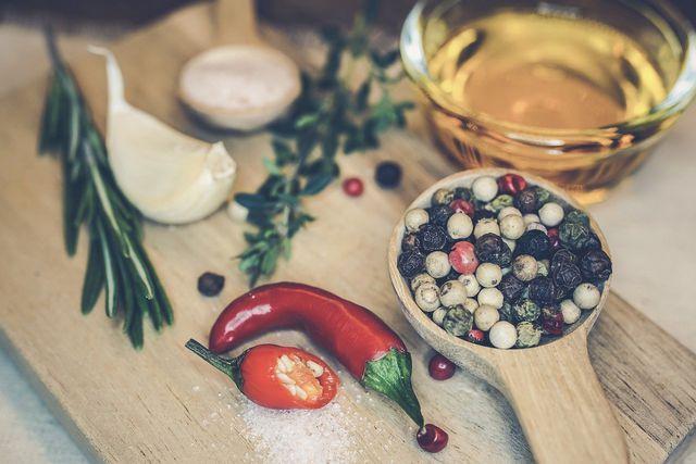 Grillgemüse marinieren: Mit frischen Kräutern und Olivenöl kein Problem.