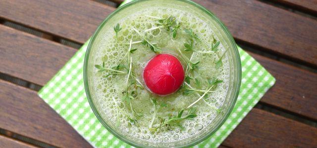 Grüner Smoothie mit Kohlrabi und Kresse frisch aus dem Mixer