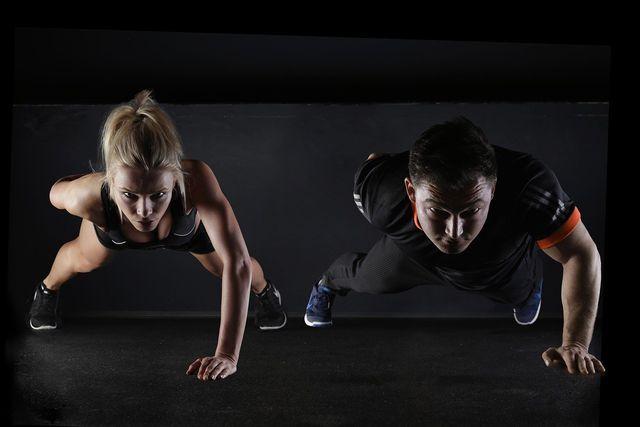 Liegestütze sind eine klassische Übung, mit der du dein Workout zuhause gestalten kannst.