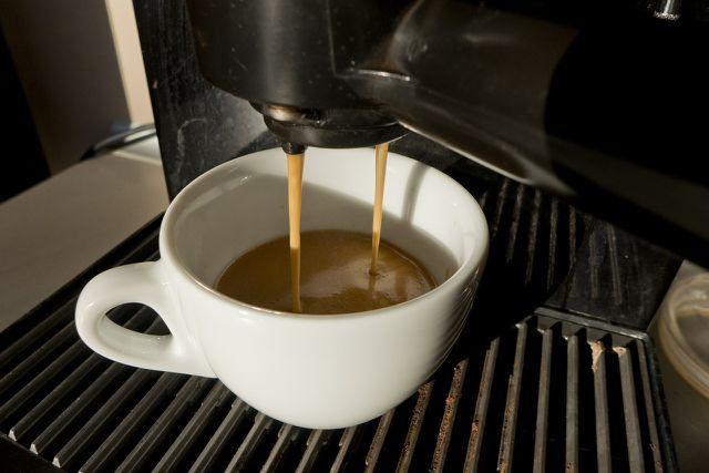 Damit der Kaffee so lecker aus der Maschine kommt, solltest du deine Senseo alle drei Monate entkalken.