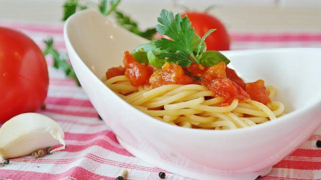Nudeln mit cremiger Tomatensoße sind ein Klassiker unter den veganen Nudeln..