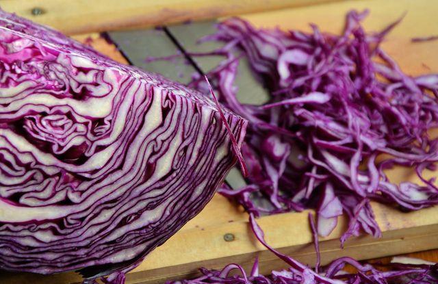 Rotkohl in feine Streifen geschnitten ist die Basis für den Rotkohlsalat.