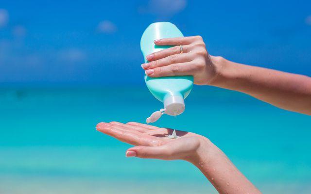 Enthält deine Sonnencreme Oxybenzon, so könnte sie photoallergen sein.