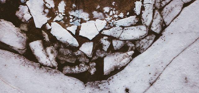Permafrostpandemien Weil der Permafrost schmilzt, sinkt in Russland an einigen Orten der Boden ab.