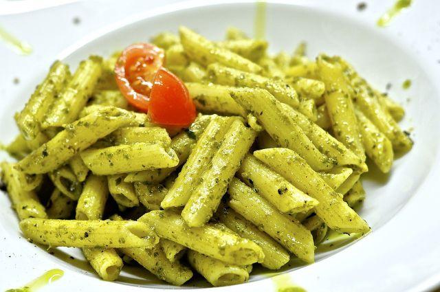 Pasta-Gerichte als schnelles Abendessen - zum Beispiel Weizennudeln mit Basilikum-Pesto.