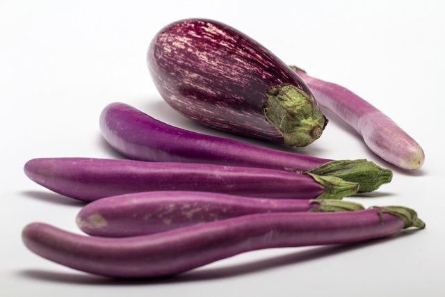 Auberginen gibt es in den unterschiedlichsten Formen und Farben. Von rund bis länglich, von schwarz bis weiß.